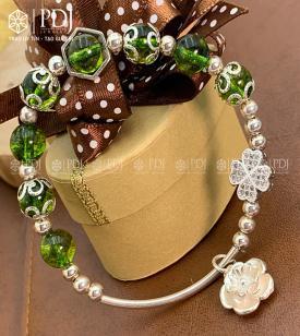Vòng Đá Thạch Anh Xanh Lá 8 Ly Charm Chi Tiết Hoa Bạc